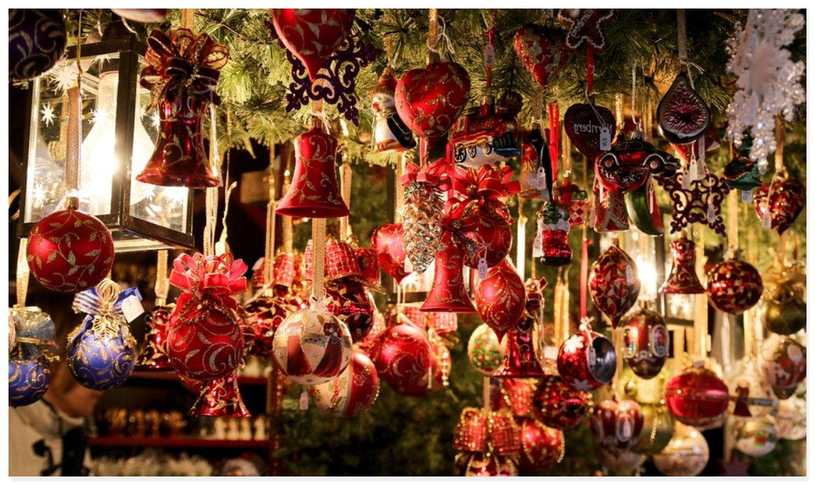 Weihnachtsmarkt in Deutschland mit Glühwein und Duft nach Weihnachten